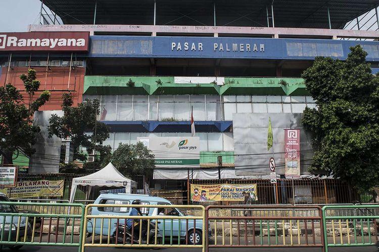 Kendaraan melintas di depan Pasar Palmerah, Jakarta, Jumat (26/6/2020). Pengelola Pasar Palmerah menutup sementara pasar tersebut dari Kamis (25/6) hingga Sabtu (27/6) menyusul sembilan orang pedagang terkonfirmasi positif COVID-19 dalam tes usap yang dilakukan sebelumnya.