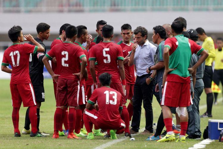 Pemain timnas Indonesia mendapat pengarahan pelatih timnas Indonesia, Luis Milla saat pertandingan persahabatan Indonesia melawan Myanmar di Stadion Pakansari, Cibinong, Bogor, Jawa Barat, Selasa (21/3/2017). Indonesia kalah 1-3 melawan Myanmar.