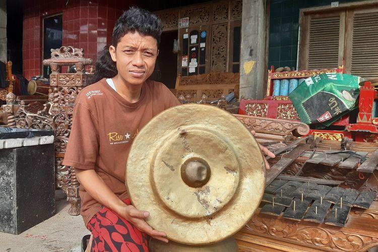 Dalang Ki Gondho Wartoyo yang viral karena merusak salah satu perangkat gamelan sebagai bentuk protes kepada pemerintah saat ditemui di rumahnya Dukuh Bulu RT 004, RW 003 Desa Tegal Giri, Kecamatan Nogosari, Boyolali, Jawa Tengah, Jumat (2/4/2021).