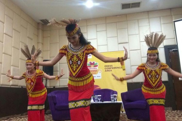 Tarian Dayak memeriahkan rangkaian press conference Festival Pesona Lokal yang digelar di Hot Mercure, Pontianak, Kalimantan Barat, Rabu (3/10/2018).