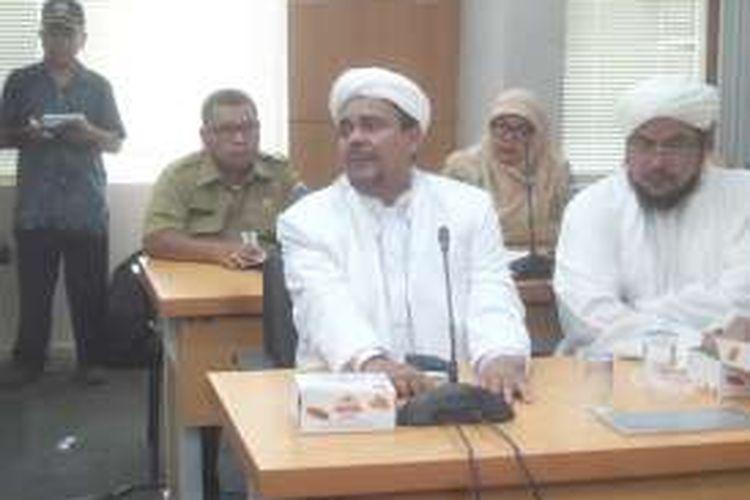 Ketua Umum Front Pembela Islam (FPI) Rizieq Shihab di Gedung DPRD DKI Jakarta, Senin (4/4/2016).