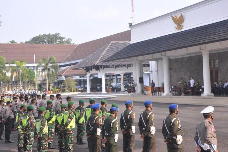 Petugas gabungan mengikuti Gelar Pasukan Operasi Ketupat 2021 di halaman Pendopo Kabupaten Ciamis, Rabu (5/5/2021).