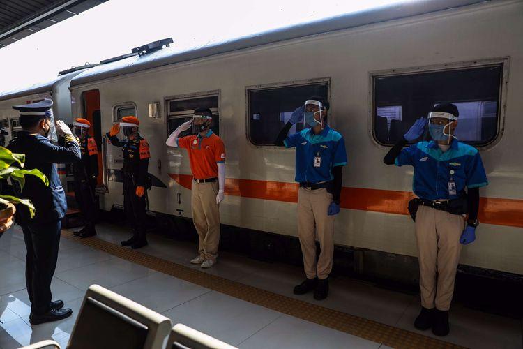 Petugas berjalan di dekat rangkaian Kereta Api (KA) Serayu di Stasiun Pasar Senen, Jakarta Pusat, Jumat (12/6/2020). Kereta Api Jarak Jauh Reguler kembali beroperasi dan ada satu kereta yang diberangkatkan yakni dari Stasiun Pasar Senen menuju Stasiun Purwokerto di Jawa Tengah, pengoperasian diikuti dengan penerapan protokol pencegahan COVID-19.