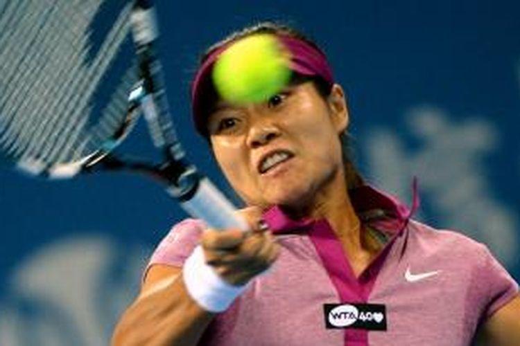 Petenis China, Li Na memukul bola ke arah Sabine Lisicki dari Rusia, pada babak ketiga China Open, yang berlangsung di Beijing, Rabu (2/10/2013).