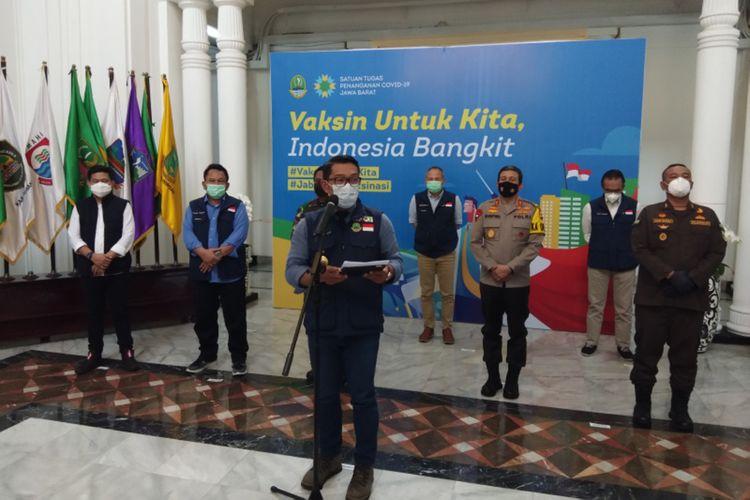 Gubernur Jawa Barat Ridwan Kamil saat memberikan keterangan kepada media sesuai menghadiri rapat Satgas Penanggulangan Covid-19 Jabar di Gedung Sate, Kota Bandung, Senin (25/1/2021).