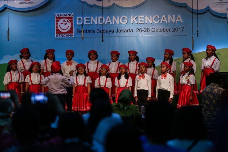 Peserta paduan suara tampil dalam babak final lomba paduan suara anak TK-SD Dendang Kencana di Bentara Budaya Jakarta, Palmerah Selatan, Jakarta Pusat, Sabtu (28/10/2017). Sebanyak 26 finalis siap memperebutkan gelar juara dalam babak final, terdiri dari 12 peserta kategori TK dan 14 peserta kategori SD.