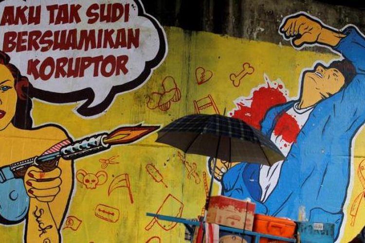 Poster berisi kritikan terhadap koruptor yang ditempel oleh komunitas street art menolak korupsi di Jalan Gatot Subroto, Jakarta Selatan, Senin (10/12/2012).