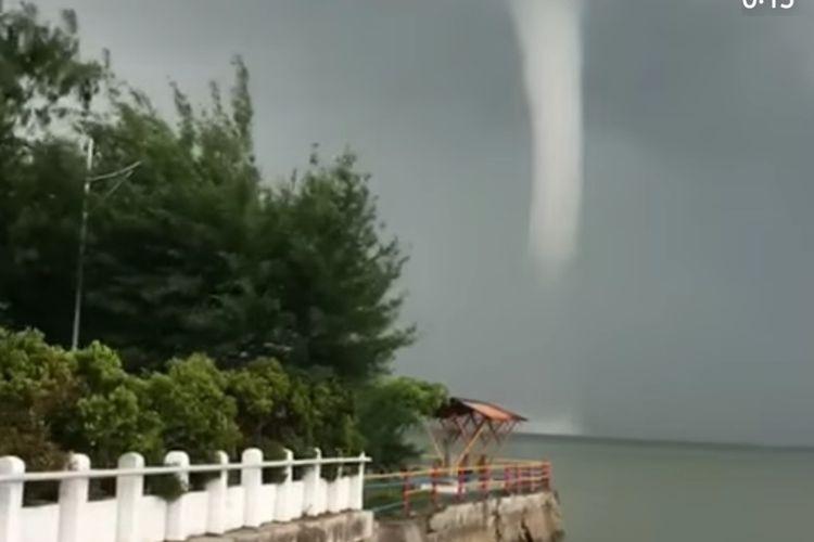 Potongan video viral pusaran angin di perairan pantai Kenjeran Surabaya, Rabu (17/2/2021).