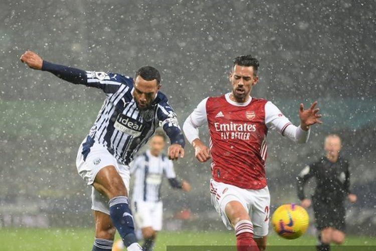 Pablo Mari (kanan) membayangi Matt Phillips pada laga Liga Inggris, West Bromwich Albion vs Arsenal, di Stadion The Hawthorns, Sabtu (2/1/2021) atau Minggu dini hari WIB.