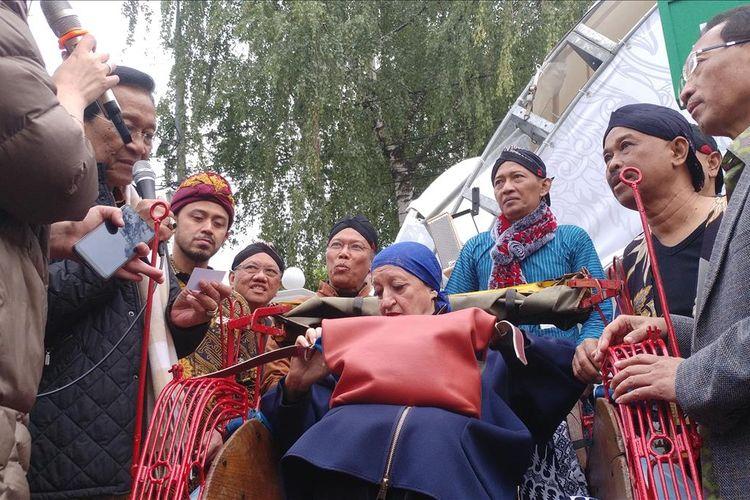 Gubernur Daerah Istimewa Yogyakarta Sri Sultan Hamengku Buwono X menyerahkan becak kepada Penasihat Museum Ketimuran Rusia di Moskow, saat berlangsungnya Festival Indonesia di Moskow, Jumat (2/8 /2019)