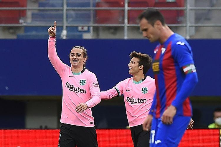 Penyerang Barcelona Antoine Griezmann (kiri) merayakan gol ke gawang Eibar pada laga terakhir Liga Spanyol di Stadion Ipurua, Sabtu (22/5/2021) malam WIB.