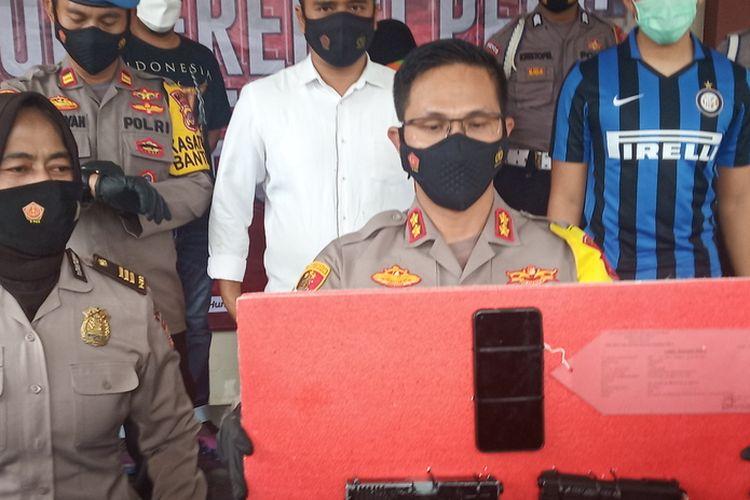 Kapolres Bogor AKBP Harun menunjukkan barang bukti kasus penodong senjata tajam ke kurir ekspedisi belanja online di Kecamatan Tenjolaya, Kabupaten Bogor, Jawa Barat, Senin (3/5/2021).