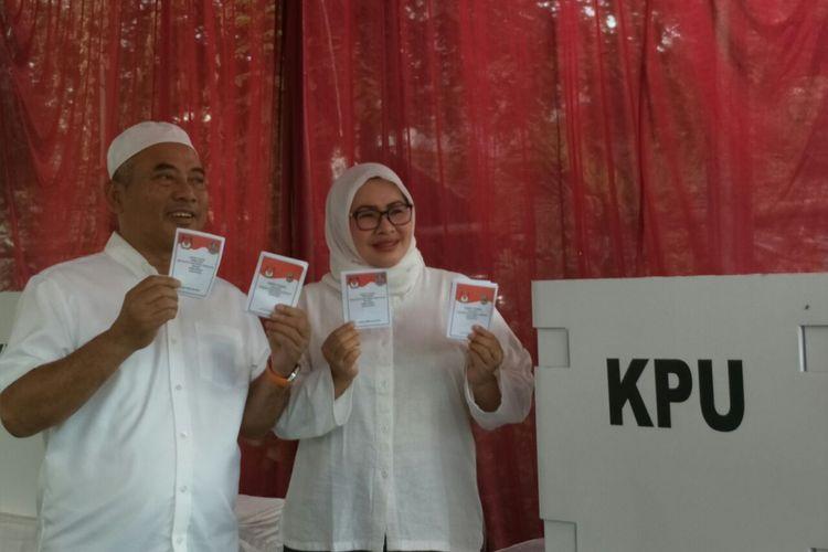 Calon wali kota Bekasi Rahmat Effendi bersama istrinya, Gunarti, usai mencoblos pada  Pilkada Kota Bekasi 2018 di TPS 01 Pekayon, Rabu (27/6/2018).