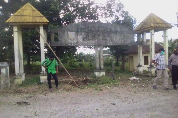 Puluhan aparat gabungan TNI-Polri bersiaga di lokasi setelah diblokade warga Kabupaten Gowa, Sulawesi Selatan yang menolak wilayahnya dijadikan lahan pemakaman pasien covid-19. Kamis, (2/4/2020).