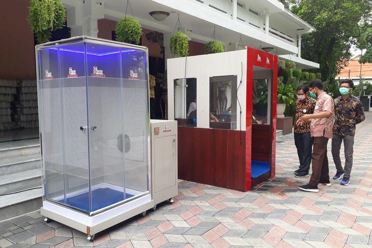 Dua bilik sterilisasi bertipe chamber (ruangan) dan tipe tunnel (terowongan) yang dikembangkan Institut Teknologi Telkom Surabaya dibawa ke Rumah Dinas Wali Kota Surabaya, Sabtu (21/3/2020).