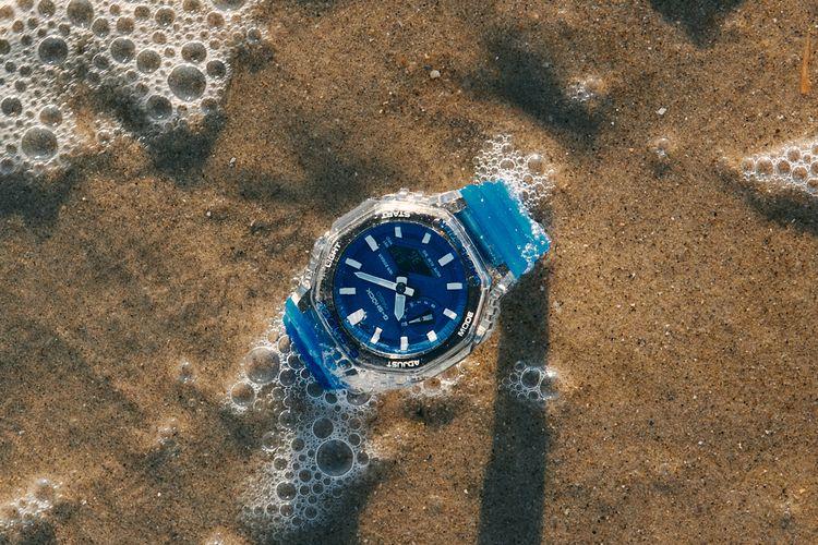 GA-2100HC-2A segi delapan memiliki resin bening untuk menutupi kotak arloji dengan resin biru