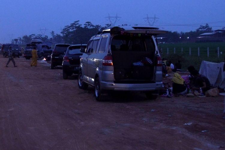 Suasana pemudik saat buka puasa di rest area Tol Pemalang-Batang, Jawa Tengah, Senin (11/6/2018). Jalan tol tersebut merupakan tol fungsional yang dibuka selama 24 jam hingga H+ 7 Lebaran.