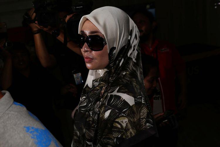 Firza Husein tiba di Krimsus, Polda Metro Jaya, Jakarta, Selasa (16/5/2017). Firza terbelit kasus konten pornografi dalam percakapan via WhatsApp yang diduga melibatkan dirinya dengan pimpinan Front Pembela Islam (FPI) Rizieq Shihab. LikeShow more reactionsCom