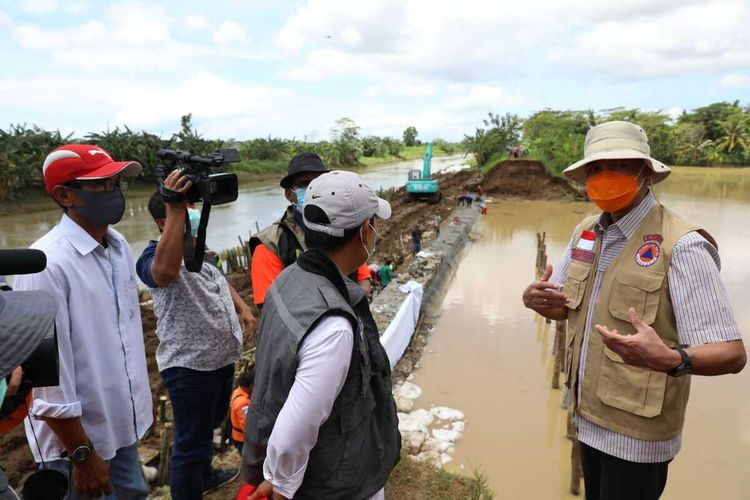 Gubernur Jawa Tengah Ganjar Pranowo mengecek lokasi tanggul sungai yang jebol di Kabupaten Kebumen, Selasa (3/11/2020).