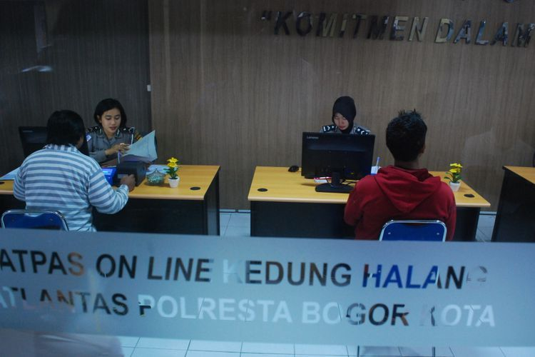 Sejumlah anggota masyarakat sedang membuat surat izin mengemudi (SIM) secara online di Satuan Pelayanan Administrasi (Satpas) Kedung Halang Polresta Bogor Kota, Selasa (16/1/2018).