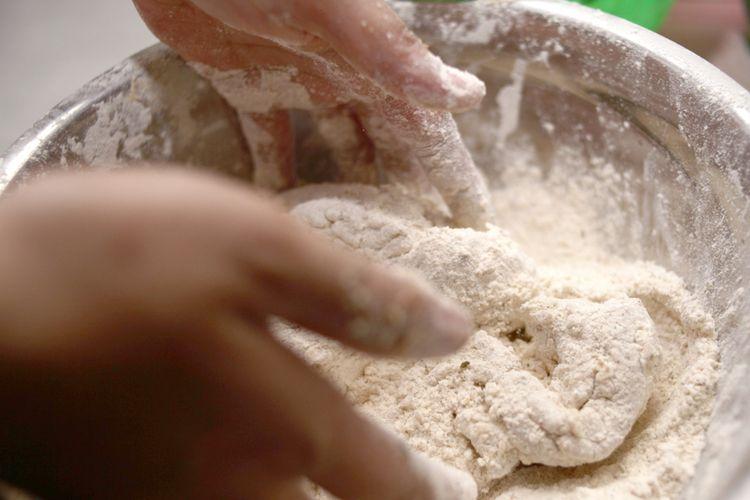 Ilustrasi ayam yang dilumuri dengan tepung.