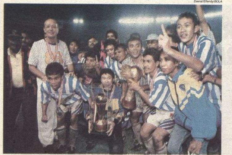 Henk Wullems dan para pemain Mastrans Bandung Raya merayakan keberhasilan menjadi juara Divisi Utama Liga Indonesia 1995-1996 setelah mengalahkan PSM Makassar 2-0 di Stadion Utama Senayan pada 6 Oktober 1996.