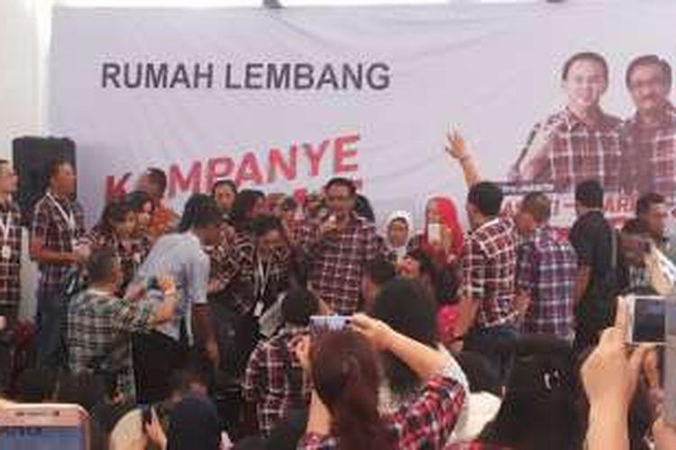 Calon wakil gubernur DKI Jakarta nomor dua, Djarot Saiful Hidayat saat menyapa pendukungnya di di rumah relawan, Jalan Lembang, Menteng, Jakarta Pusat, Rabu (23/11/2016).