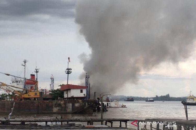 Sebuah kapal di sekitar galangan PT Barokah Perkasa, Kelurahan Pulau Atas, Kecamatan Sambutan, Samarinda, Kalimantan Timur terbakar dan meledak pada Kamis (11/2/2021) sore.