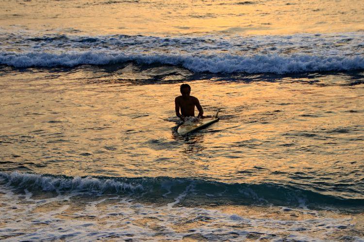 Surfing di pantai Senggigi, Lombok, NTB.