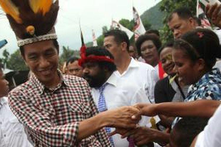 Joko Widodo saat tiba di Desa Yoka, Distrik Heram, Jayapura, Papua, Kamis (5/6/2014), ketika masa kampanye Pilpres.
