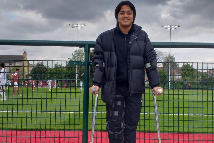 Pemain Garuda Select yang tengah cedera, Andre Oktaviansyah, memberi dukungan kepada rekan setim saat melawan Arsenal U-16, Kamis (2/5/2019).