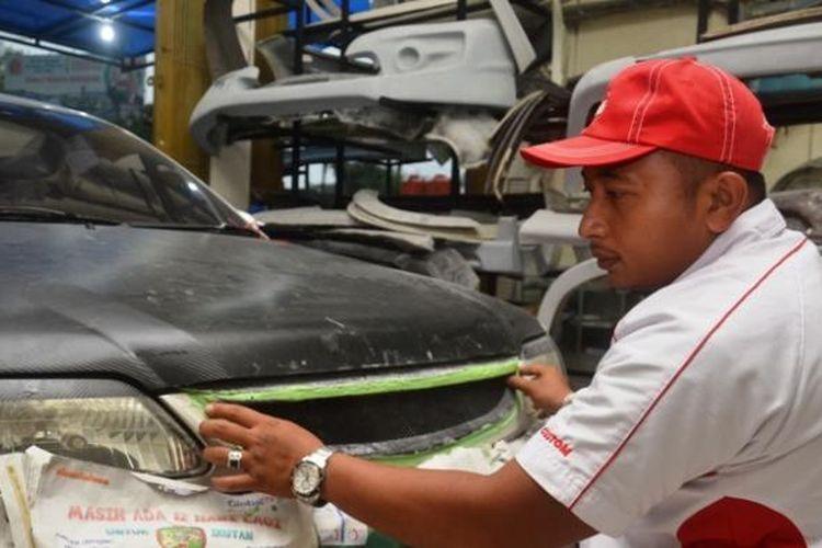 Syahrial Akbar, pemilik bengkel modifikasi mobil SBK Body Kit Innovation. Melalui usaha bengkelnya itu, Syahrial mampu meraup pendapatan puluhan juta dalam sebulan. K97-14