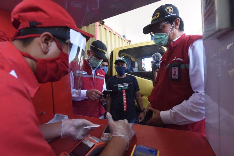 Komisaris Pertamina Condro Kirono bersama dan Direktur Pemasaran Retail Pertamina Mas?ud Khamid mengedukasi soal penggunaan MyPertamina.