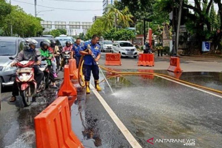 Petugas pemadam kebakaran Jakarta Pusat membersihkan tumpahan solar di Jalan Veteran, Jakarta Pusat, Kamis (16/1/2020). (ANTARA/ho- dokumentasi Sudin Gulkarmat Jakarta Pusat)