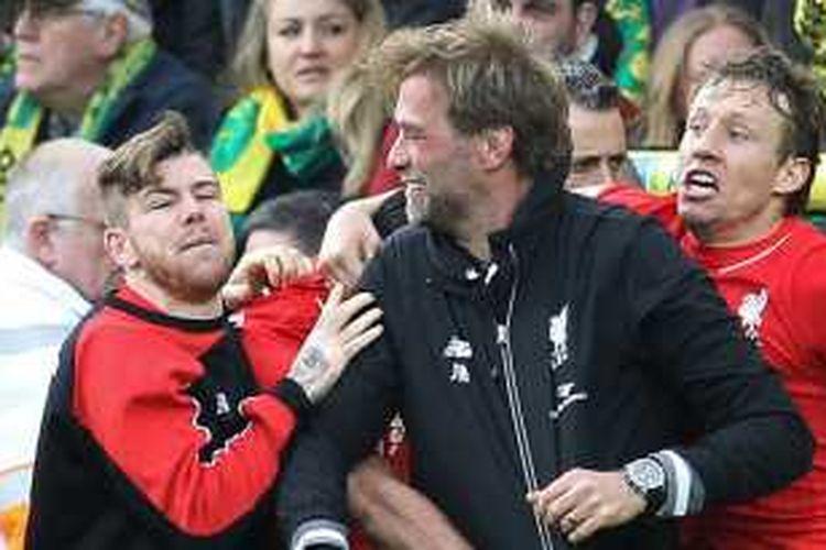 Juergen Klopp (hitam) sempat kehilangan kacamatanya saat merayakan gol kelima Liverpool ke gawang Norwich City pada lanjutan Premier League di Stadion Carrow Road, Sabtu (23/1/2016).
