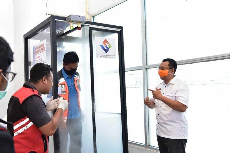 Ujicoba bilik disinfektan di Bandara Lombok, Kamis (26/3/2020)