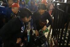 Hujan Guyur Bundaran HI, Penjual Jas Hujan Laku Keras di Malam Tahun Baru