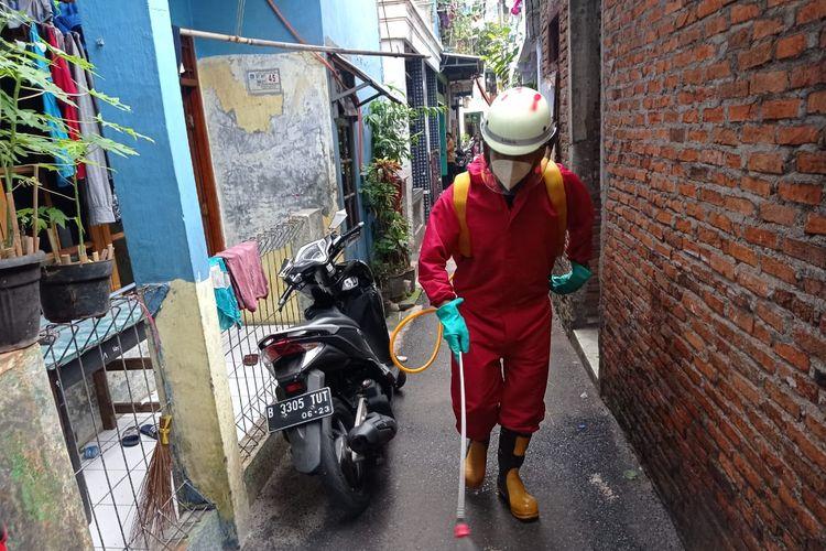 Penyemprotan cairan disinfektan sebagai langkah mencegah potensi penularan Covid-19 di Jakarta Timur.