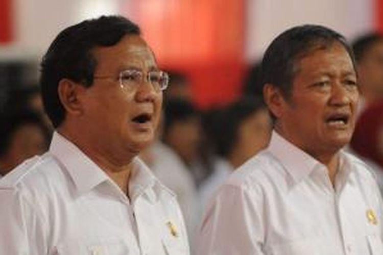 Ketua Dewan Pembina Partai Gerindra Prabowo Subianto didampingi Ketua Umum Partai Gerindra Suhardi (kanan) menghadiri syukuran lolosnya Partai Gerindra menjadi kontestan Pemilu 2014 di Jakarta, Kamis (17/1/2013). Acara dihadiri kader Gerindra dari seluruh Indonesia.