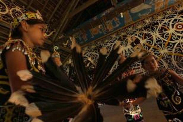 ILUSTRASI - Penari Dayak di Lamin Adat Desa Setulang, Kecamatan Malinau Selatan Hilir, Kabupaten Malinau, Kalimantan Utara, Sabtu (13/12/2014). Desa Setulang adalah desa wisata di kabupaten yang berbatasan dengan Malaysia yang dihuni oleh masyarakat Dayak Kenyah.
