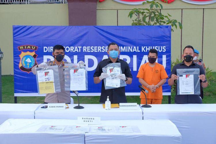 Polda Riau saat melakukan konferensi pers penangkapan mantan manager bisnis komersial Bank BJB Pekanbaru, berinisial IOG, yang mencuri uang nasabah hingga Rp 3,2 miliar, di Kota Pekanbaru, Riau, Kamis (24/6/2021).