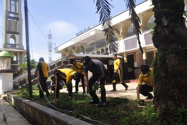 Personel Polres Banjar dan TNI membersihkan halaman masjid Agung Kota Banjar, Sabtu pagi (14/3/2020).