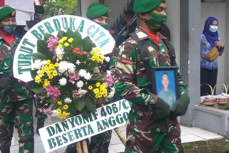 Jenazah Pratu Anumerta Ginanjar Arianda saat tiba di Taman Makam Pahlawan Kusumah Bangsa Kota Banjar, Jawa Barat, Rabu (17/2/2021).