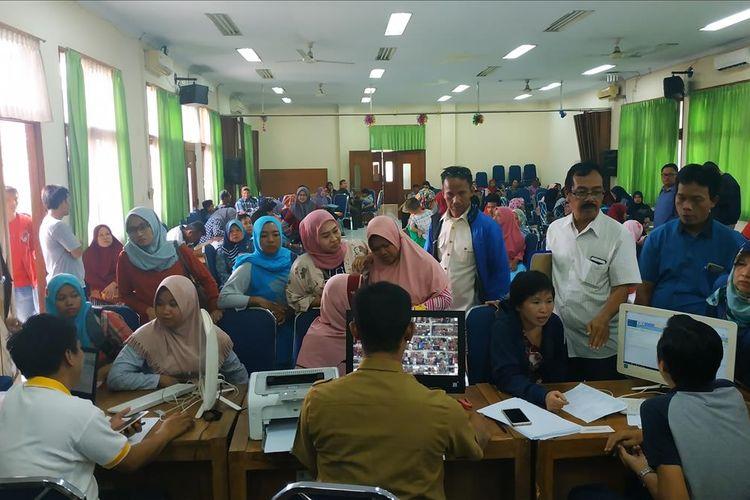 Para orangtua murid menyambangi kantor Disdik Kota Bekasi pada hari kedua penerimaan peserta didik baru (PPDB) online, Selasa (2/7/2019) untuk mengajukan perbaikan radius rumah ke sekolah.