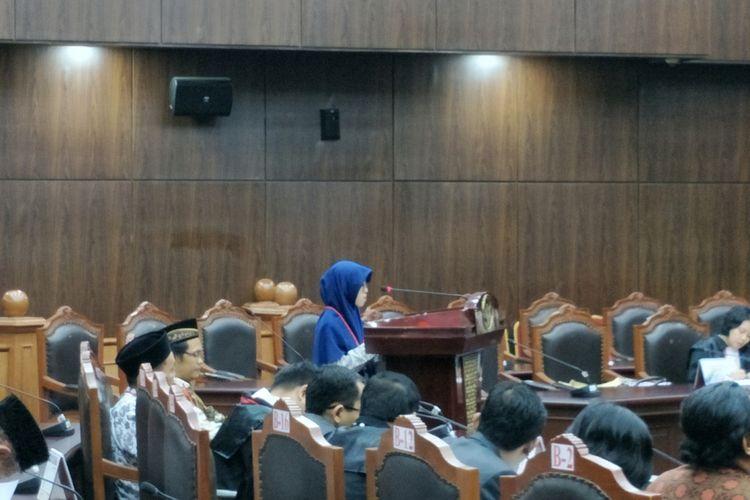 Hajar Ummu Fatikh, mahasiswi berusia 20 tahun, warga Ahmadiyah asal Kendal, Jawa Tengah, saat memberikan kesaksian pada sidang uji materi atas UU No. 1 PNPS tahun 1965 tentang Pencegahan Penyalahgunaan dan/atau Penodaan Agama di Mahkamah Konstitusi (MK), Jakarta Pusat, (7/11/2017).