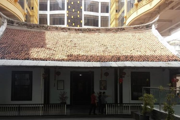 Gedung Candra Naya atau Rumah Mayor masih berdiri kokoh di antara apartemen dan pusat perbelanjaan megah di kawasan Jalan Gajah Mada, Jakarta Barat. Gedung ini sudah berusia ratusan tahun dan dulunya dimiliki seorang pengusaha China sukses, Khouw Kim An yang kemudian diangkat sebagai Mayor oleh pemerintah Hindia Belanda.