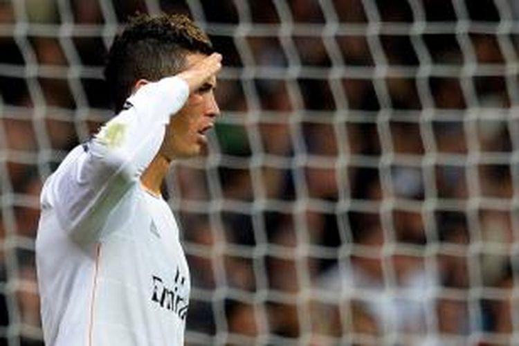 Penyerang Real Madrid, Cristiano Ronaldo, saat melakukan selebrasi laiknya komandan seusai mencetak gol ke gawang Sevilla pada lanjutan Liga BBVA, Rabu (30/10/2013).