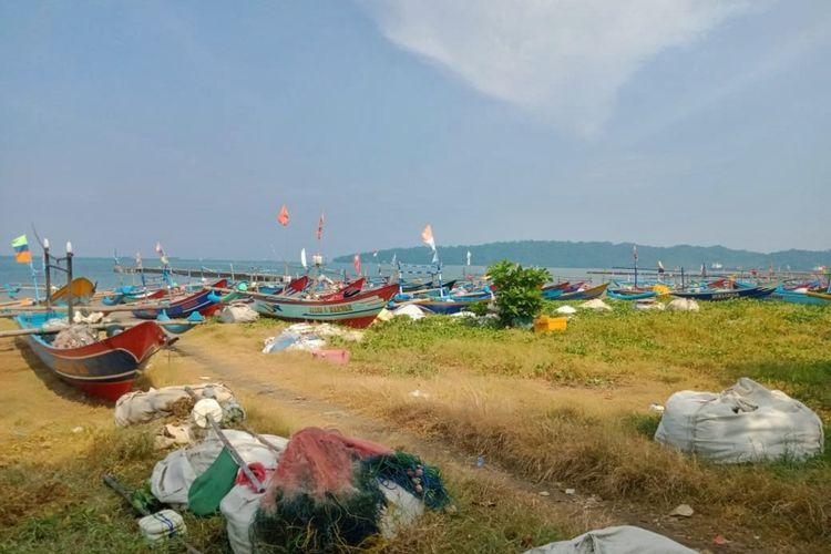 Kapal-kapal nelayan Pandanarang, Cilacap, Jawa Tengah sandar di pantai, Kamis (16/4/2020). Wabah Covid-19 dan gelombang tinggi membuat mereka tidak bisa melaut.