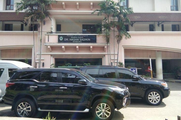 Sejumlah kendaraan para kontestan Pilkada Jabar saat terparkir di halaman Paviliun RSHS Bandung, Jalan Eykman, Kamis (11/1/2018).