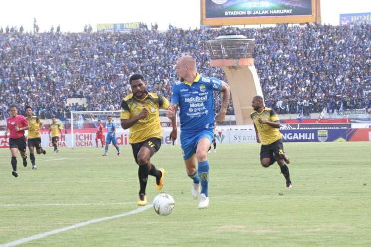 Pemain Persib Bandung, Kevin van Kippersluis dan bek Barito Putera, Donny Harold Monim di Stadion si Jalak Harupat, Minggu (24/11/2019)
